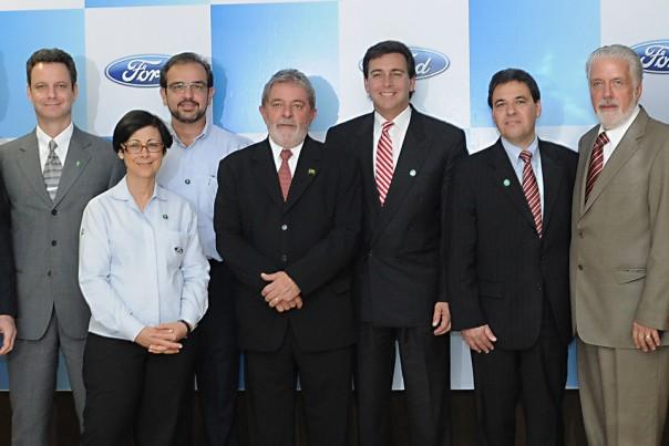 O presidente Lula com o CEO da Ford para Américas, Mark Fields, o presidente para o Brasil, Marcos de Oliveira e o governador da Bahia, Jaques Wagner