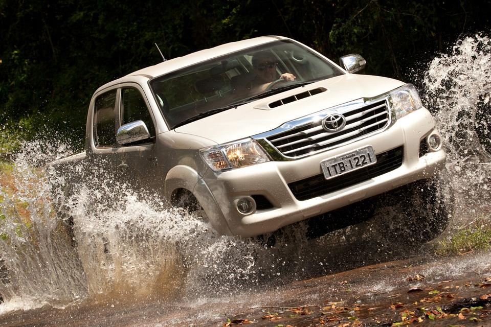 Toyota lança versões flex da Hilux e SW4