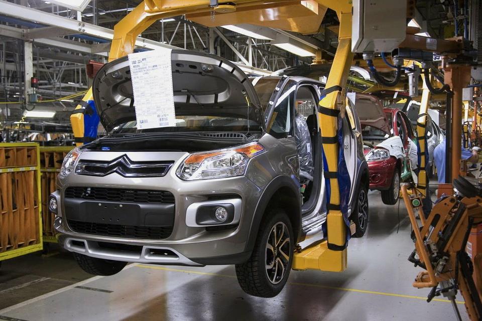 PSA e GM suspendem planos de fábrica brasileira