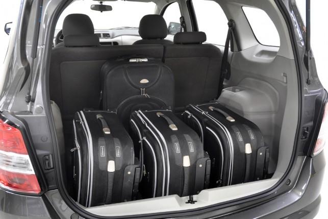 Porta-malas da versão LT, mais barata, leva 710 litros. LTZ tem menos  espaço por causa da 3ª fileira de bancos f4c897caa6