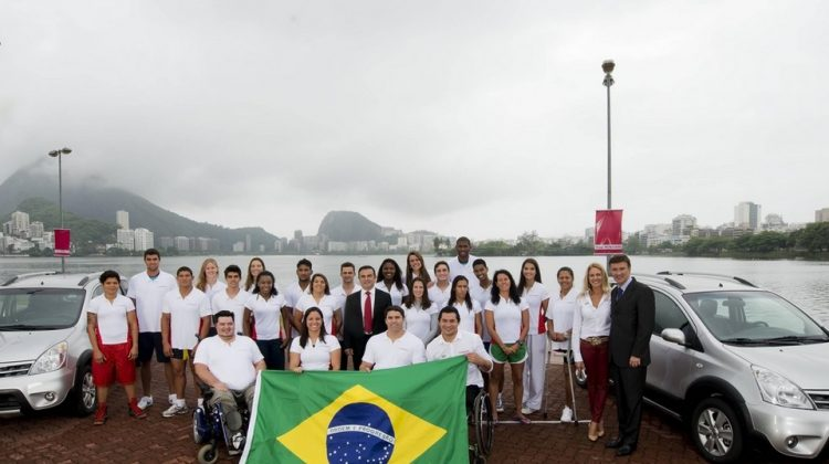 Atletas do Time Nissan com CEO da Nissan Carlos Ghosn (centro) e François Dossa, futuro presidente da Nissan do Brasil (direita)