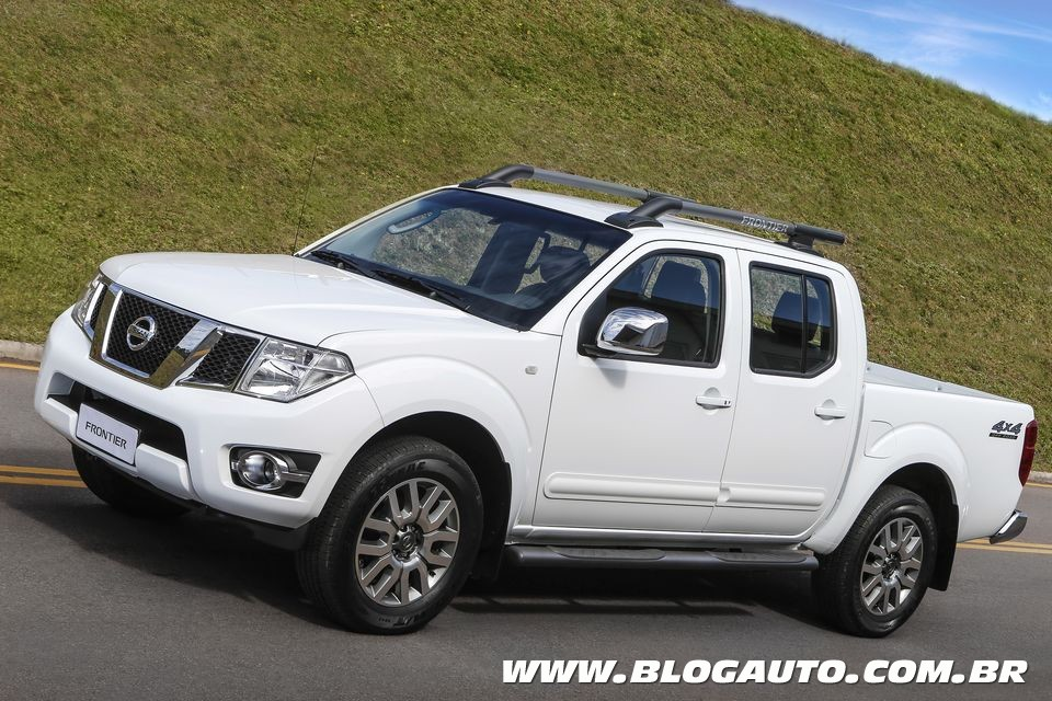 nissan frontier 2015 nova vers o e central multim dia blogauto. Black Bedroom Furniture Sets. Home Design Ideas
