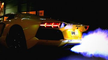 Lamborguini Aventador soltando fogo