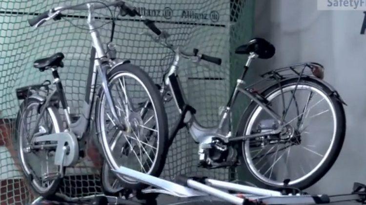 Crash test de automóvel com bikes elétricas