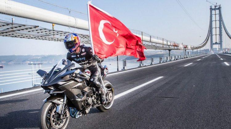 Kawasaki Ninja H2R e o piloto Kean Sofuoglu na ponte na Turquia