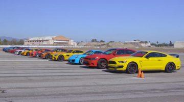 Esportivos reunidos no drag race da revista Motor Trend