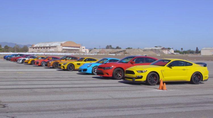 Esportivos reunidos na prova de arrancada da revista Motor Trend