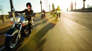 Propretários de motocicletas Harley-Davidson rodando em grupo