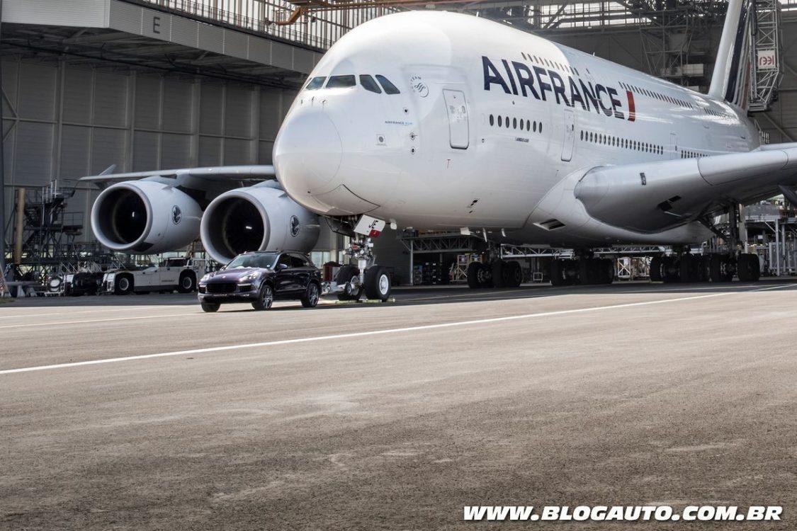 Porsche Cayenne reboca Airbus A380 de 285 toneladas