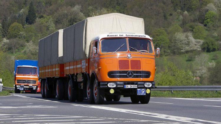 Mercedes-Benz LP 333 1960 liderou o comboio de veículos comerciais antigos