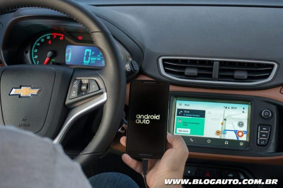 Chevrolet Onix rodando o Waze no Android Auto